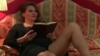 Engancha a la madre leyendo y se la folla