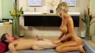 Un masajito familiar entre Madre e Hijo