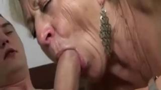 Una abuela muy caliente con su nieto